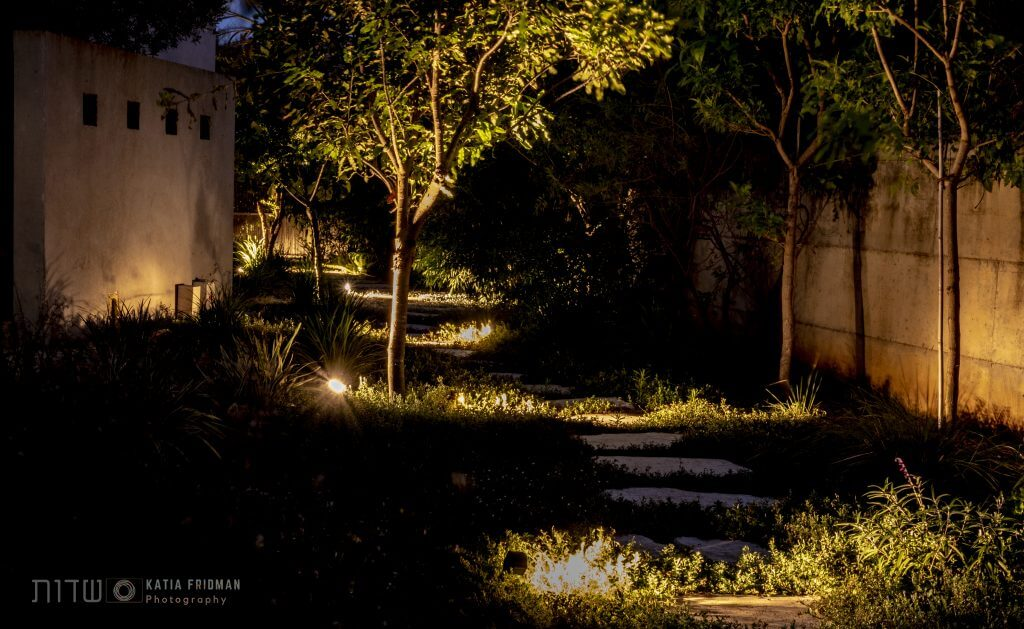 תאורת לילה בשביל הליכה חיצוני בגינה מעוצבת בבית פרטי