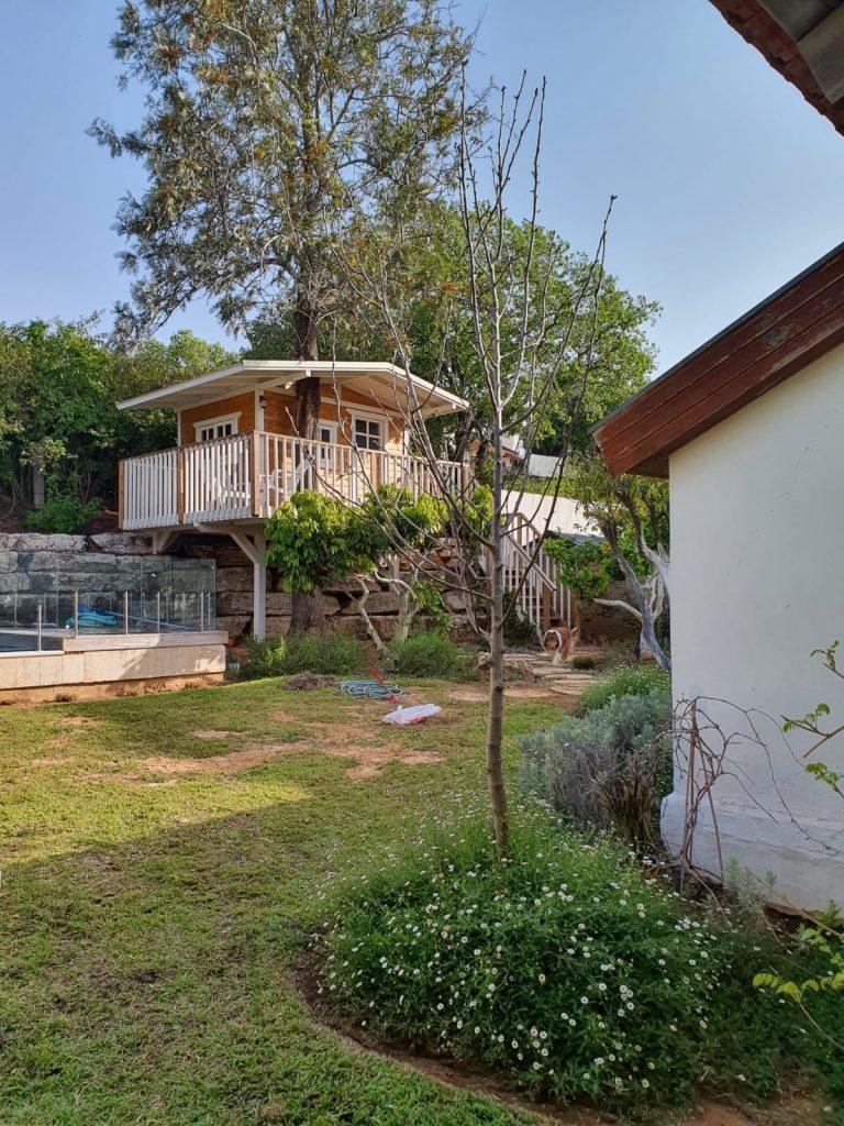 עיצוב גינות פרטיות: פרויקט הקמה ועיצוב באבן יהודה עם בית עץ בגינה